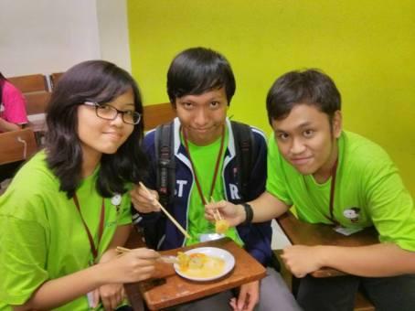 Sepiring Bertiga makan somay sepiring bertiga.